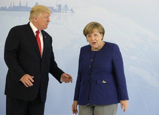 Tổng thống Donald Trump đã bắt tay bà Merkel - Ảnh 3.