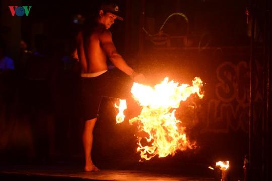 Những người đùa với lửa ở Thái Lan - Ảnh 6.