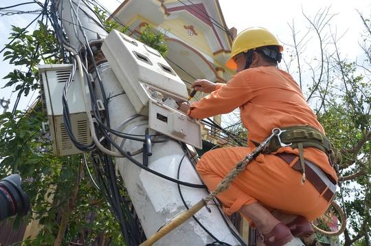 """Nỗ lực """"giải cứu"""" 2.600 trụ điện trung thế bị bão quật ngã ở Quảng Bình - Ảnh 4."""