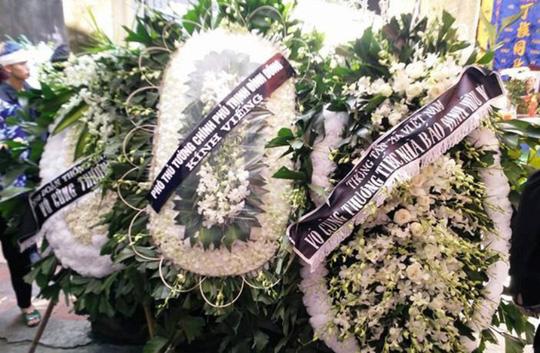 Những vòng hoa trắng tiễn đưa phóng viên Đinh Hữu Dư về đất mẹ - Ảnh 1.