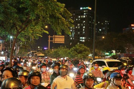 Kẹt xe dữ dội trên đường Phạm Văn Đồng tối cuối tuần - Ảnh 2.