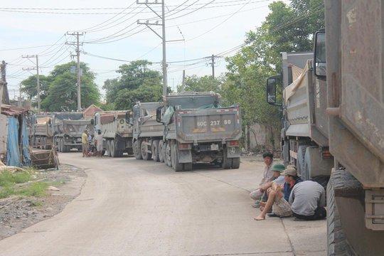 Dân lại chặn xe ben ra vào mỏ đá Tân Cang - Ảnh 1.