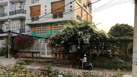 Hẻm 122 Tên Lửa (quận Bình Tân, TP HCM) bị hộ bà Lê Thị Kim Bôi rào lại Ảnh: YÊN PHÚ