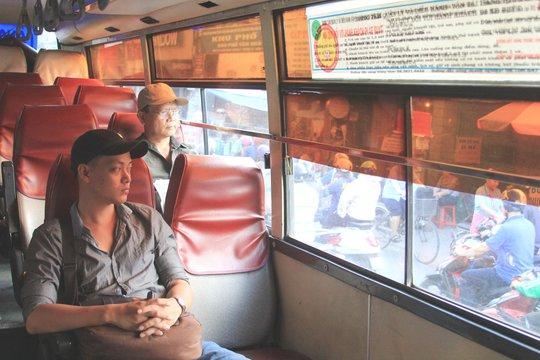 Khách trên xe tuyến số 13 (Công viên 23 Tháng 9 - Bến xe Củ Chi) vắng do xe số 65 (Bến Thành - Bến xe An Sương) đón khách trước