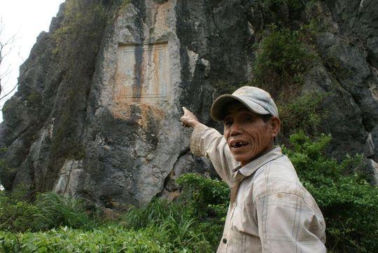 """Chữ """"Thần"""" trên núi đá với nhiều huyền sử chưa lý giải được"""