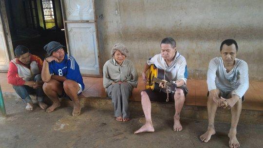 """Những người """"anh em"""" ở gia đình ông Phước rất thân thiện, thích đàn hát"""