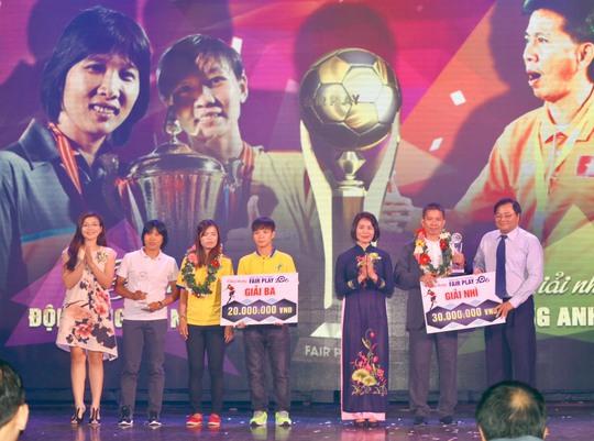 Đội bóng đá nữ TP HCM và HLV Hoàng Anh Tuấn nhận giải nhì và ba