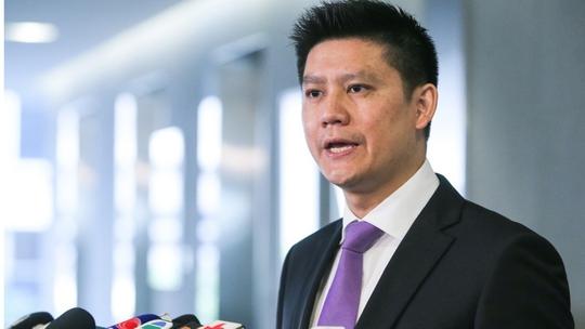 Trung Quốc: Tiếp viên rơi từ máy bay xuống đất - Ảnh 2.