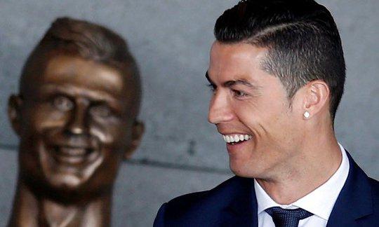 Bức tượng được khánh thành là một phần trong buổi lễ những nó không như Ronaldo tưởng tượng.
