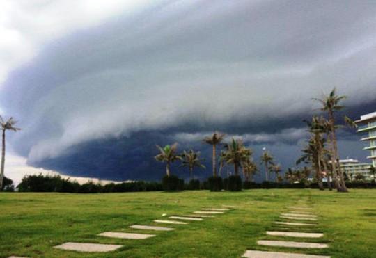 Đám mây đen kỳ lạ, khổng lồ trên biển Sầm Sơn là có thật - Ảnh 2.