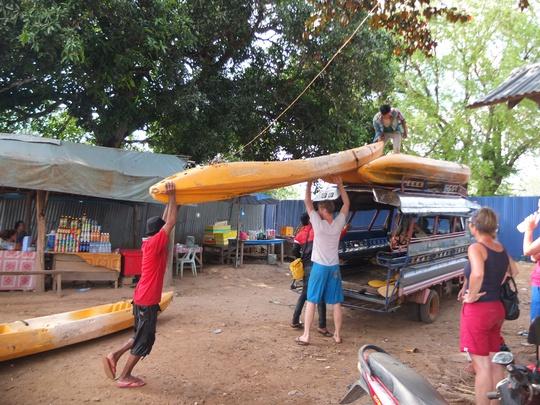 Không chỉ chèo thuyền cả ngày, du khách phải kiêm luôn nhiệm vụ vác thuyền lên bờ di chuyển qua bến sông khác