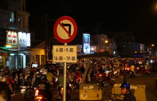 Dòng xe ken đặc mặt đường Phan Văn Trị, đoạn từ khu vực vòng xoay về quận Gò Vấp