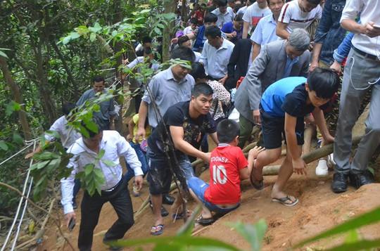 Việc leo trèo gặp rất nhiều khó khăn, có nhiều người bị trượt ngã nhưng may mắn không bị thương tích