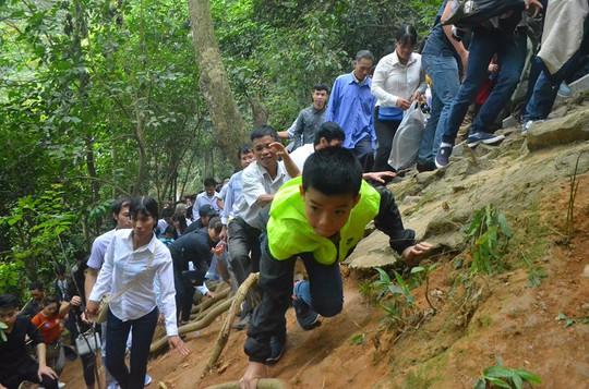 Một em nhỏ liều mình leo núi dựng đứng