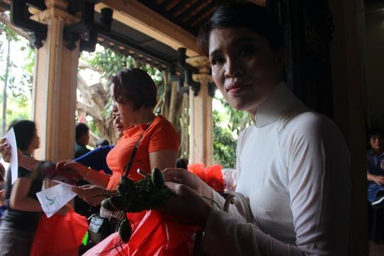 Người phụ nữ này xin lộc trầu cau để mang về. Chị cho biết lộc này có ý nghĩa mang lại hạnh phúc bình yên cho đôi lứa, gia đình.
