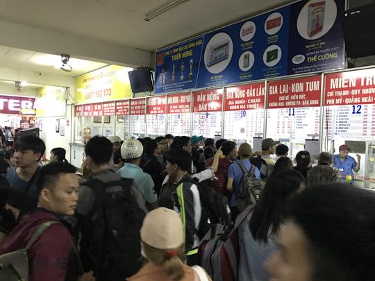 Tuy không xảy ra tình trạng quá tải nhưng rất nhiều người phải xếp hàng chờ để mua vé