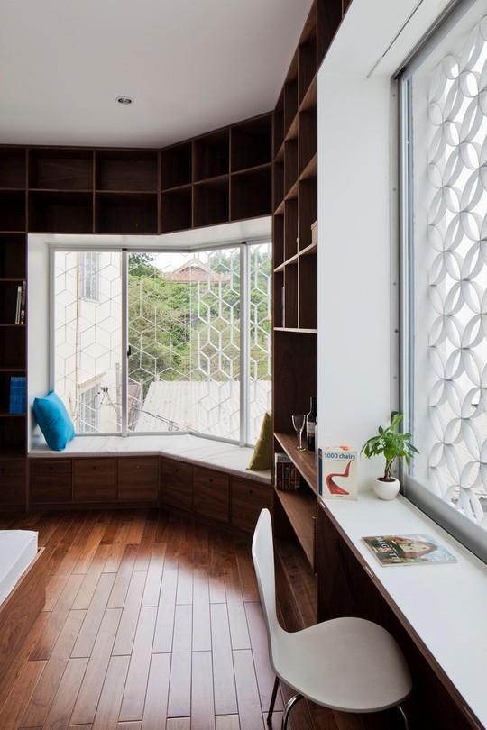 Căn nhà nhiều cửa sổ lạ mắt giống lồng chim giữa con hẻm Sài Gòn - Ảnh 7.