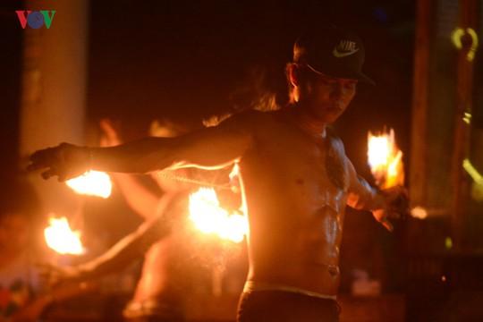 Những người đùa với lửa ở Thái Lan - Ảnh 7.