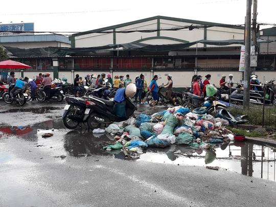 Ở một phường rác bao vây khu dân cư - Ảnh 4.