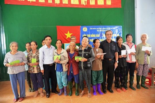 Báo Người Lao Động vượt đò đến với người dân vùng lũ Quảng Ngãi - Ảnh 9.