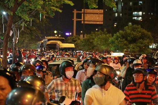 Kẹt xe dữ dội trên đường Phạm Văn Đồng tối cuối tuần - Ảnh 8.