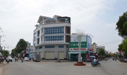 Ông Võ Phi Hùng cho rằng căn nhà lớn (bên trái) đã lấn đất của mình