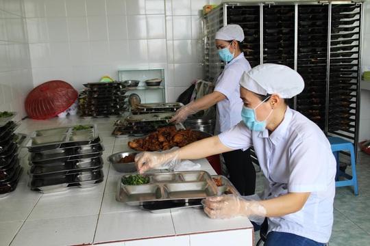 Nhân viên nhà bếp Công ty CP APT (KCN Tân Tạo, TP HCM) được tập huấn về ATVSTP mỗi năm.Ảnh: HỒNG ĐÀO