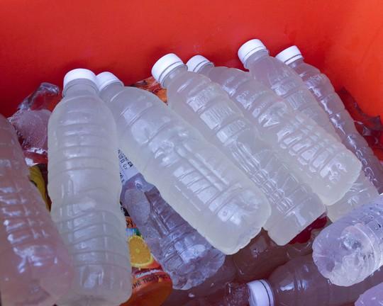 Nước thốt nốt được đóng chai bán cho khách đi đường hoặc bỏ sỉ cho các quán giải khát với giá thành dao động từ 5.000-10.000/ lít, tùy thời điểm