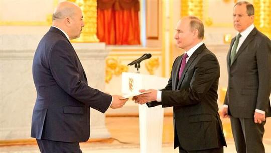 Đại sứ Israel Gary Koren trình quốc thư cho Tổng thống Nga Vladimir Putin hôm 16-3. Ảnh: Twitter