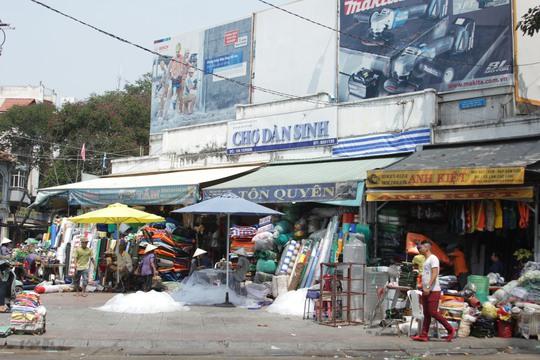Tiểu thương có mặt tiền trước chợ Dân Sinh thu dọn đồ đạc vào nhà
