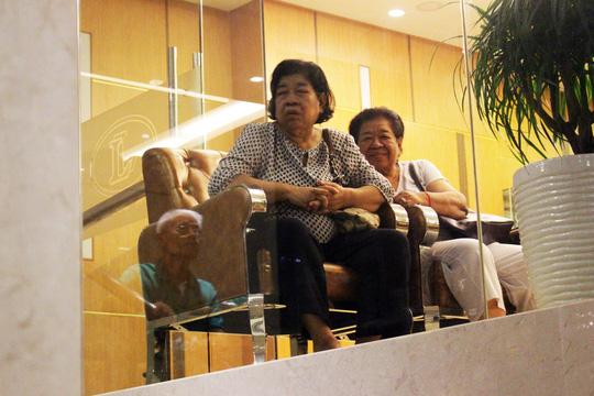 Hai du khách thích thú quan sát từ trong khách sạn.