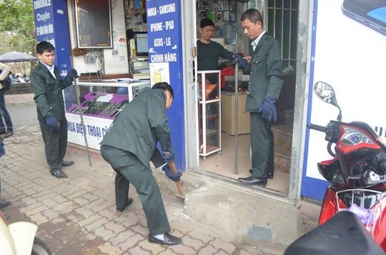 Lực lượng Thanh tra sử dụng búa xử lý bậc thềm một cửa hàng vi phạm