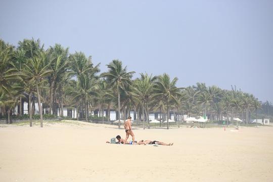 Nằm dài trên bãi cát trắng phau để phơi nắng là sở thích của nhiều du khách nước ngoài khi đến Hà My