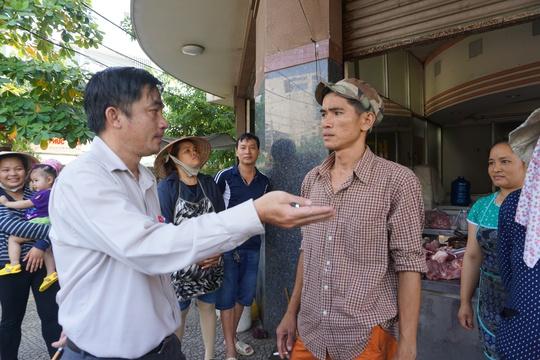 Anh Lương Tấn Bảo góp ý với Phó Chủ tịch UBND quận Tân Bình Lê Thanh Bình về việc được sử dụng một phần vỉa hè, cơi nới thêm mái che để tránh nắng