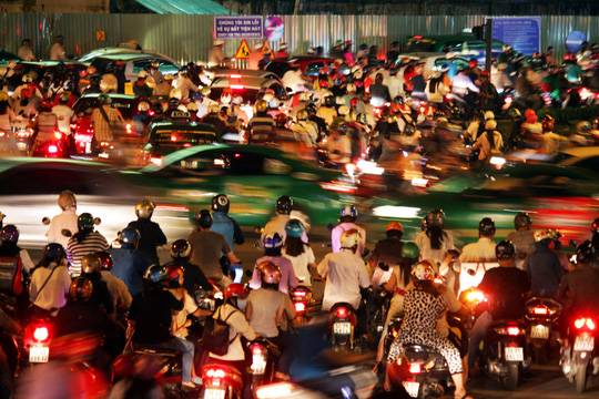 Các lô cốt phục vụ công trình cầu vượt ở vòng xoay Nguyễn Thái Sơn, thu hẹp diện tích mặt đường khiến lượng phương tiện lưu thông qua đây ùn ứ. Theo ghi nhận, cả tháng nay cứ tầm 17 giờ 30 mỗi ngày là ùn ứ bắt đầu xảy.