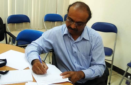 Đại diện công ty, ông Narasimha Rao (giám đốc tài chính), ký cam kết sẽ giải quyết các bức xúc của công nhân.