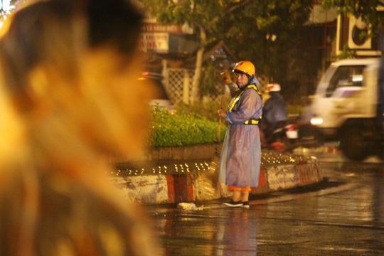 Trong khi đó, cô lao công vẫn miệt mài quét rác trong cơn mưa lạnh. Mưa thì mưa, công việc vẫn phải làm cho kịp, con đường còn dài lắm - Cô chia sẻ.