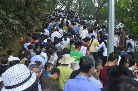 Khu di tích đền Hùng rất đông người dân đổ về đây hành lễ trong ngày Giỗ Tổ