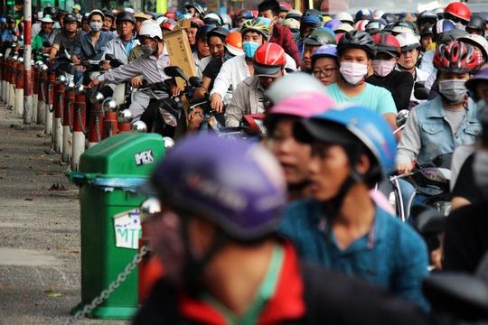 Tình trạng kẹt xe trên đường Lê Lai, đường Nguyễn Thị Nghĩa cũng hết sức nghiêm trọng. Nhiều người chưa biết việc điều chỉnh giao thông nên không khỏi ngạc nhiên.