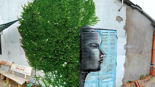 Đâu phải ở nước ngoài mới có những tác phẩm đường phố xuất sắc? Ngay tại Việt Nam cũng có những góc nhà được sắp đặt cực kỳ khéo léo với gương mặt in trên cánh cửa gỗ kiểu Việt quen thuộc, hòa vào đám dâu leo xanh rì bên tường tạo thành một đầu người tóc xù cực kỳ ấn tượng!