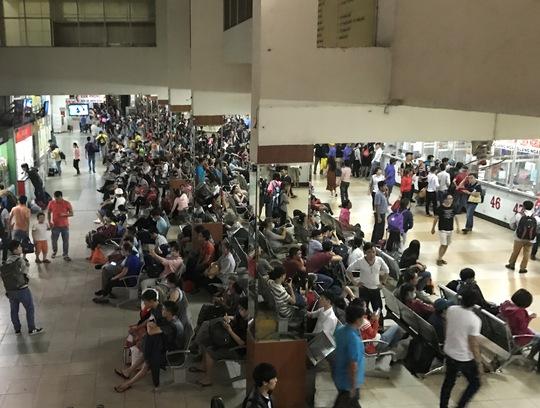 Trong khi đó, lượng hành khách vào Bến xe Miền Đông từ chiều đến tối 28-4 cũng đông nghẹt
