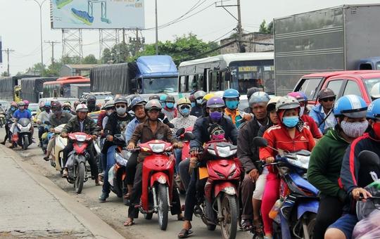 Tương tự, trên quốc lộ 1, đông đảo người dân cũng chen chúc, tất bật về quê nghỉ lễ.