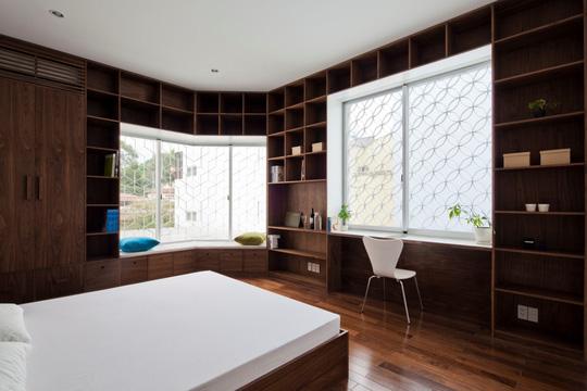 Căn nhà nhiều cửa sổ lạ mắt giống lồng chim giữa con hẻm Sài Gòn - Ảnh 8.