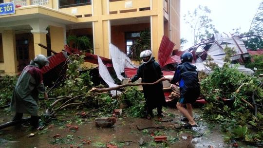 Cận cảnh trường học tan hoang, nhà cửa đổ nát sau bão - Ảnh 9.
