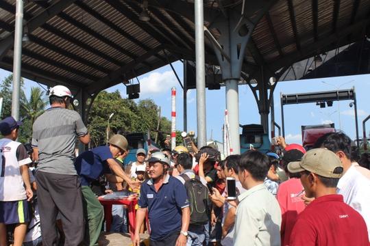 Trạm BOT Biên Hòa thông thoáng sau nhiều giờ tê liệt - Ảnh 3.