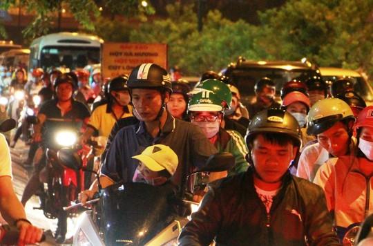 Kẹt xe dữ dội trên đường Phạm Văn Đồng tối cuối tuần - Ảnh 7.