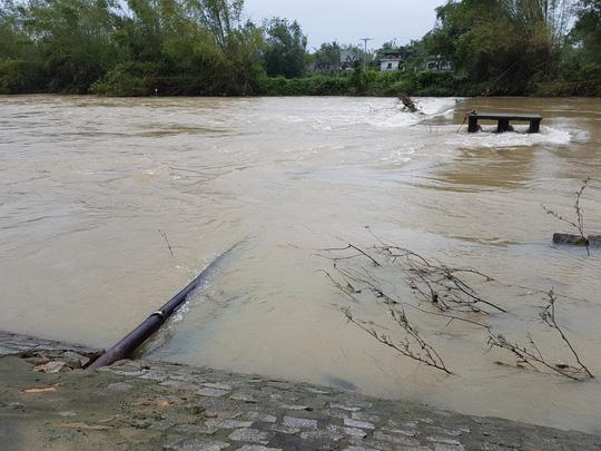 Vỡ ống dẫn nước, hàng nghìn hộ dân khốn đốn vì thiếu nước sạch - Ảnh 1.