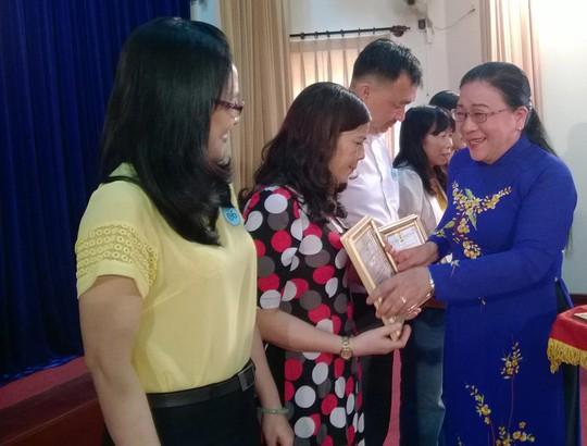 Bà Nguyễn Thị Bích Thủy, Phó Chủ tịch LĐLĐ TP HCM, khen thưởng các tập thể tiêu biểu