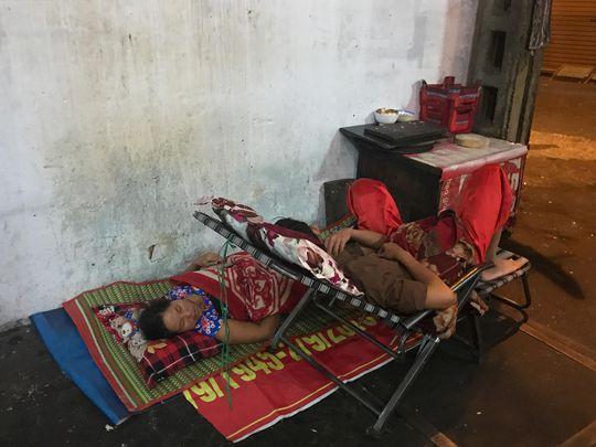 Phải ở chung nhiều hộ trong một căn nhà chật hẹp nên ban đêm, có người phải mang giường xếp ra ngủ ở vỉa hè. Ảnh chụp tại hẻm 291 Võ Văn Tần, quận 3, TP HCM