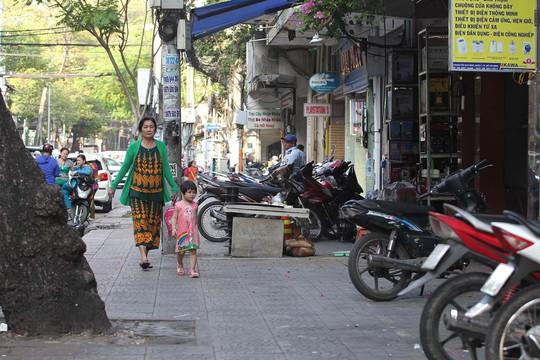 Lập lại trật tự vỉa hè, lòng lề đường là một trong những hoạt động chỉnh trang đô thị. Ảnh: HOÀNG TRIỀU